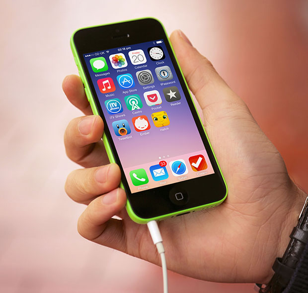 iPhone-5C-Green-Headphone